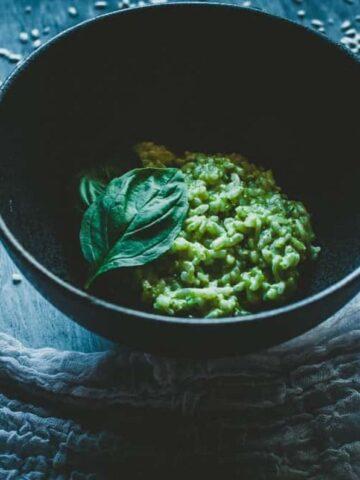 pesto risotto in a black bowl
